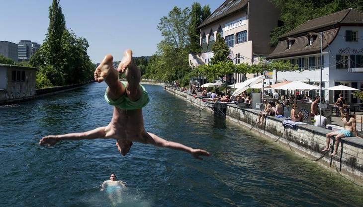 Limmattal und auch Zürich haben einige Badis. Doch für geübte Schwimmer gibt es auch die Limmat, die die gewünschte Abkühlung bringt. Innerhalb der inneren Uferzone ist das Baden mit Hilfsmitteln wie Luftmatratzen erlaubt, ausserhalb dieser Zone ist das Schwimmen nicht empfehlenswert.