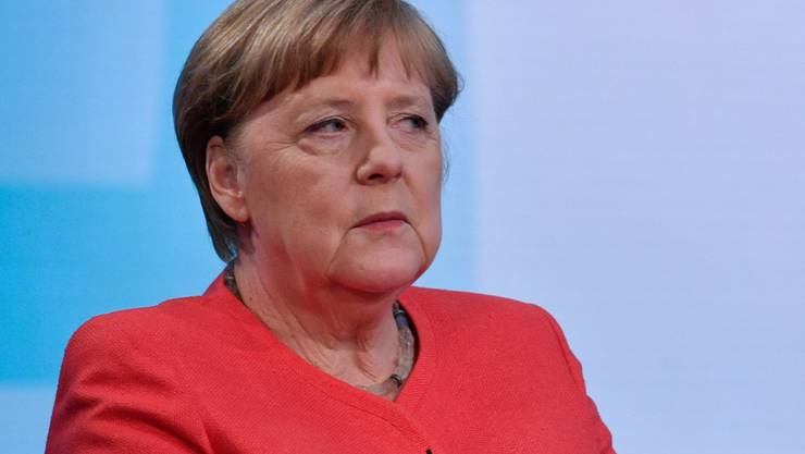 Bundeskanzlerin Angela Merkel wartet Anfang Juni auf den Beginn eines Interviews. Foto: John Macdougall/AFP/POOL/dpa