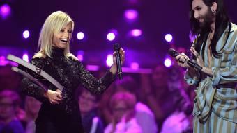 Helene Fischer nimmt von Conchita Wurst den Musikpreis Echo entgegen.