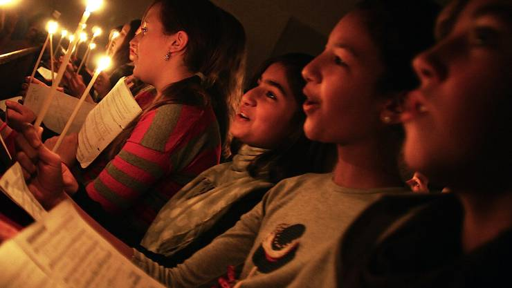 Stimmungsvolles Singen von Weihnachtsliedern