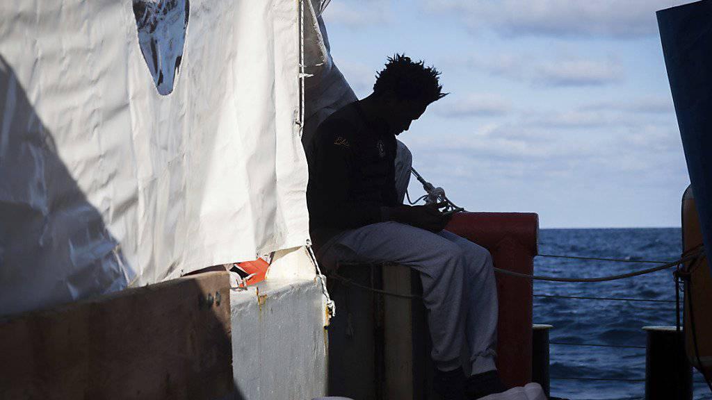 Die Flüchtlinge befinden sich seit zwei Wochen auf einem Rettungsschiff im Mittelmeer und werden nicht an Land gelassen. (Archivbild)