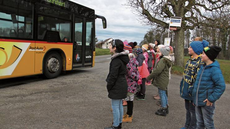 Schüler beobachten die Vollbremsung des Bus-Chauffeurs.