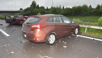 Auf der A3 in Richtung Zürich sind drei Autos verunfallt. Die Autobahn war in Richtung Zürich gesperrt.