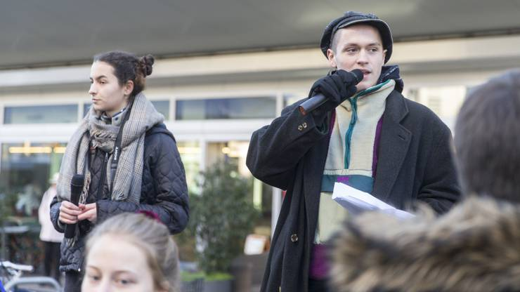 In Aarau haben über 300 Schülerinnen und Schüler gestreikt.