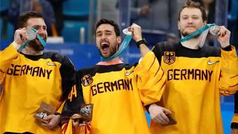 Die Freude über die Silber löst bei den Deutschen bald nach Schlusspfiff die Enttäuschung über die Finalniederlage ab.