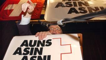 Eine Aufnahme aus besseren Zeiten: Auns-Präsident Christoph Blocher kritisiert an der Jahresversammlung 2003 die Aussenpolitik von Bundesrat und Parlament, die alles dafür täten, um den EU-Beitritt voranzutreiben.EDI ENGELER/Keystone