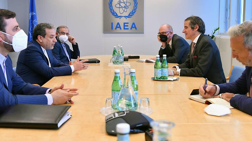 HANDOUT - Rafael Mariano Grossi (2.v.r), Generaldirektor der Internationalen Atomenergiebehörde, spricht mit Abbas Araghchi (2.v.l), Vize-Außenminister des Iran, bei einem gemeinsamen Treffen im IAEA-Hauptquartier in Wien. Foto: Dean Calma/IAEA/dpa - ACHTUNG: Nur zur redaktionellen Verwendung und nur mit vollständiger Nennung des vorstehenden Credits