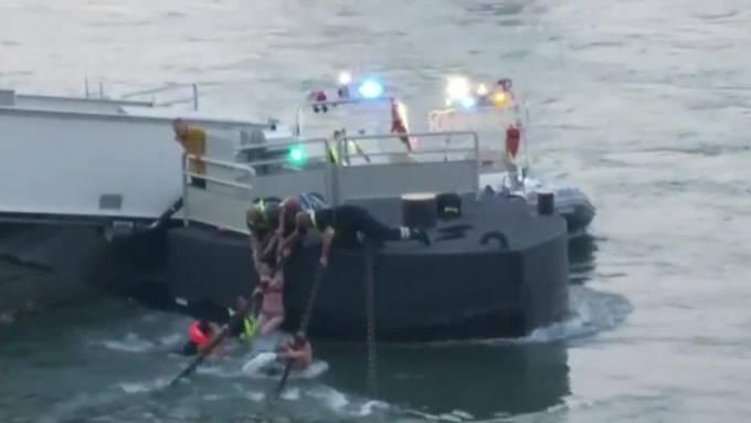 Im Rhein auf Grossbasler Seite sind am Dienstagabend zwei Personen in eine Notlage geraten. Die Berufsfeuerwehr konnte die beiden unverletzt bergen.