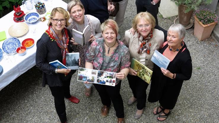 Bildlegende: Kursleiterin Sybil Schreiber (links) mit einigen Teilnehmerinnen des Biografie-Jahreskurses und deren Werken im Hof des Geschichtenhauses Hirschli im Flecken