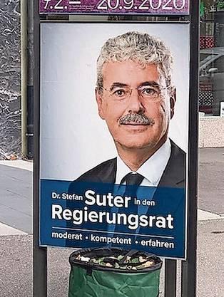 Zuerst drauf – dann nicht: Auf Stefan Suters Plakaten verschwand die Parteibezeichnung.