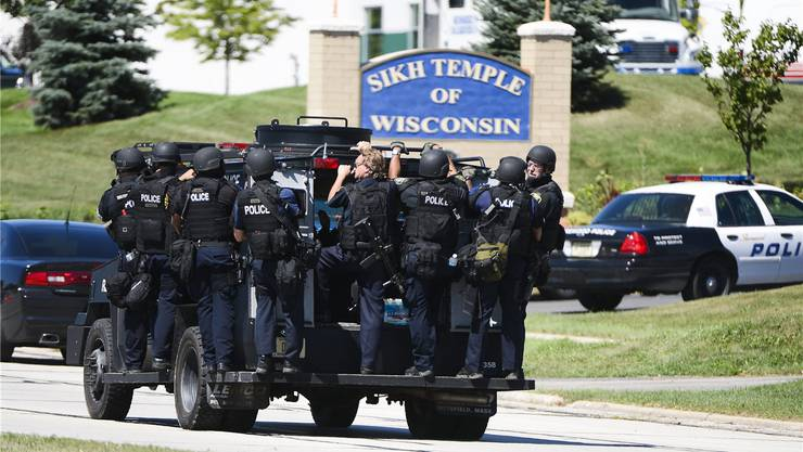 Schwer bewaffnete Polizisten auf dem Weg zum Tempel. key