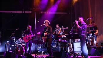 Iron & Wine (links) und Joey Burns (an der Gitarre) bei ihrem Auftritt im Rahmen des Stimmen-Festivals.