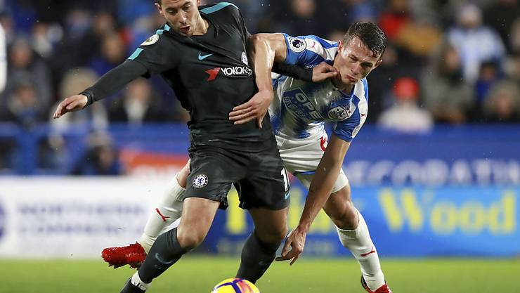 Chelseas Eden Hazard (links) und Huddersfields Jonathan Hogg kämpfen um den Ball