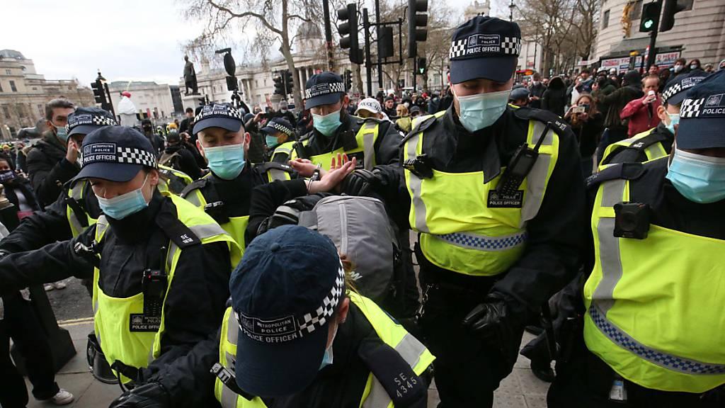 Polizisten nehmen in London einen Demonstranten fest bei einem «Kill the Bill»-Protest gegen die Einführung des neuen Polizeigesetzes der britischen Regierung.