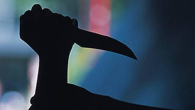 Mit dem Messer zerschnitt sie das Stofftier - und ging anschliessend damit auf den Mann los, der so aber nur am Daumen verletzt wurde. (Symbolbild)