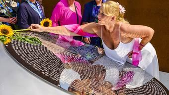 Zum fünften Jahrestag des Abschusses einer Passagiermaschine über der Ukraine haben sich Angehörige der Opfer von Flug MH17 in den Niederlanden (im Bild) und in Malaysia versammelt und Sonnenblumen niedergelegt.