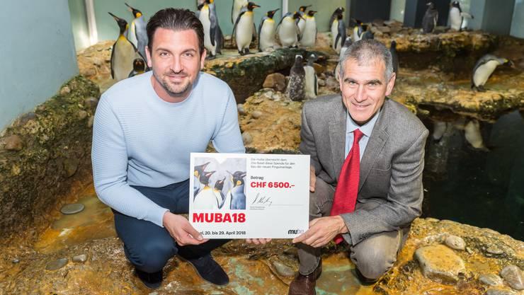 Zur Checkübergabe beim Vivarium trafen sich Olivier Pagan, Direktor Zoo Basel (rechts) und Daniel Nussbaumer, Messeleiter der Muba (links)