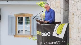 Auf dem Ildefonsplatz spricht Peter Gomm als Turmredner der Kabarett-Tage.