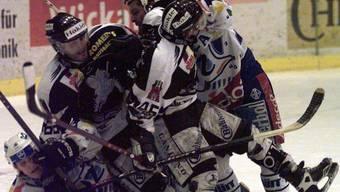 Eines der ersten siebten Spiele: Tohuwabohu zwischen Zug und Rapperswil am 12. März 1998.keystone