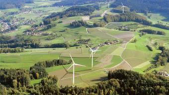 Den künftigen Windpark «uf em Chalt» gibt es erst virtuell: Die Fotomontage zeigt im Vordergrund die geplanten Windräder in Kirchleerau, dahinter jene auf Trienger Boden.
