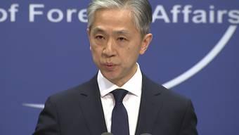 Wang Wenbin, Sprecher des chinesischen Außenministeriums, spricht während einer routinemäßigen Pressekonferenz, auf der er dem Wahlgewinner Biden im Außenministerium gratulierte. Foto: Liu Zheng/AP/dpa