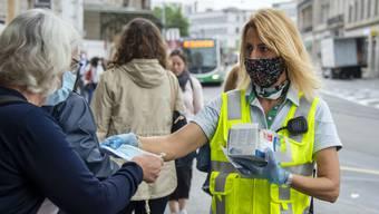 Die Basler Verkehrsbetriebe verteilten am Bahnhof SBB Gratis-Masken. Das wird den Bedarf aber nicht decken.