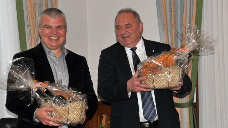 Roger Michelon (links) und Daniel Moser mit einem typischen Präsent aus Schinznach.