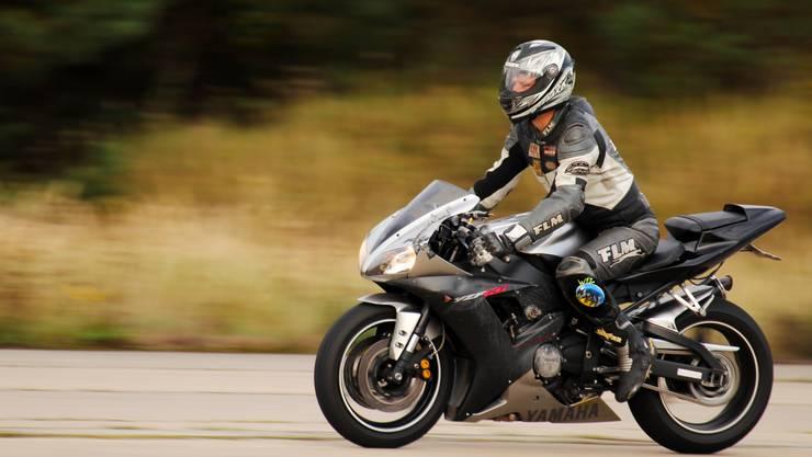 Der Motorradfahrer war viel zu schnell unterwegs. (Symbolbild)