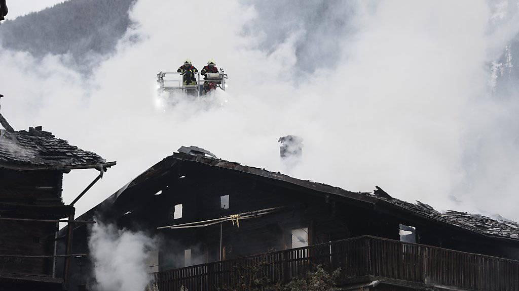 Der Hotelbrand im Oberwalliser Dorf Fiesch am Donnerstag konnte bis Anfang Nachmittag gelöscht werden.