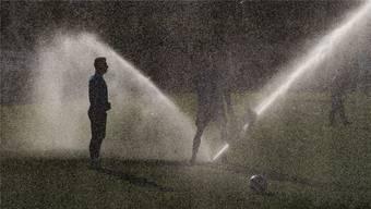 Ein symbolträchtiges Bild: Blas Riveros wird im Winter-Trainingslager in Marbella kalt geduscht.