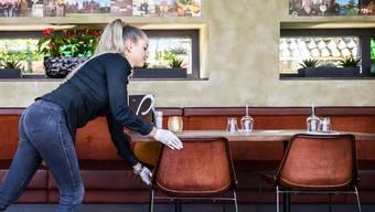 Abstandhalten ist in Bars und Restaurants auch bei Gästebeschränkungen nur schwer möglich.