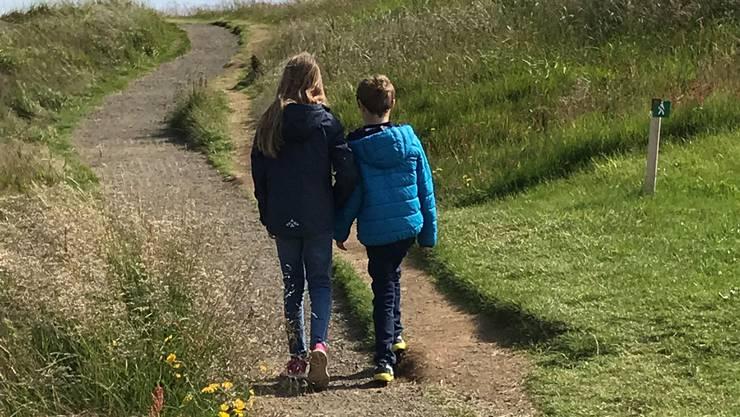 Zusammen unterwegs: «Leo ist nicht in unserer Welt, er nimmt die Sachen anders wahr», sagt Valentina (11) über ihren autistischen Bruder.  Bild: zvg