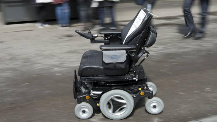Mit 2,49 Promille im Rollstuhl unterwegs: Bei einer Polizeikontrolle erweist sich der Fahrer dann als sehr mobil. (Symbolbild)