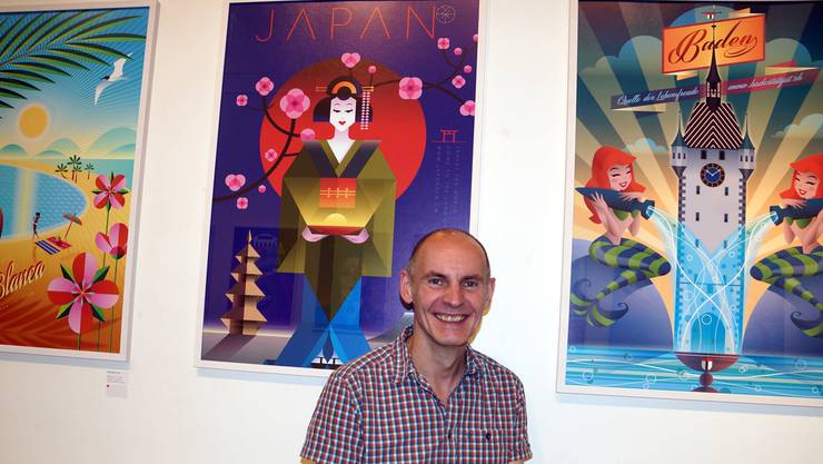 Roman Hofer mit drei seiner fiktiven Werbeplakate im Retrostyle. ubu