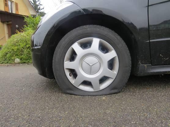 Unbekannte Täter zerstachen die Reifen von 13 Autos.
