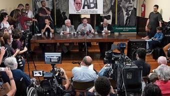 Glenn Greenwald (Bildmitte mit Mikrofon) an einer Medienkonferenz in Rio de Janeiro.