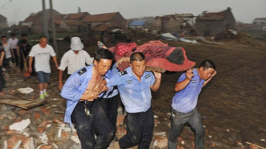 Heftige Wirbelstürme und der schlimmste Tornado seit einem halben Jahrhundert zerstörte in Osten Chinas ganze Dörfer.