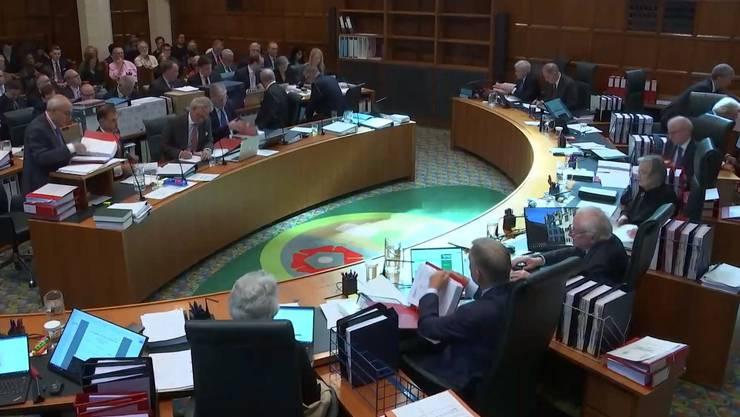 Der UK Supreme Court. Am rechten Tisch sitzen die elf Lordrichter, am linken Tisch die Ankläger und Verteidiger.