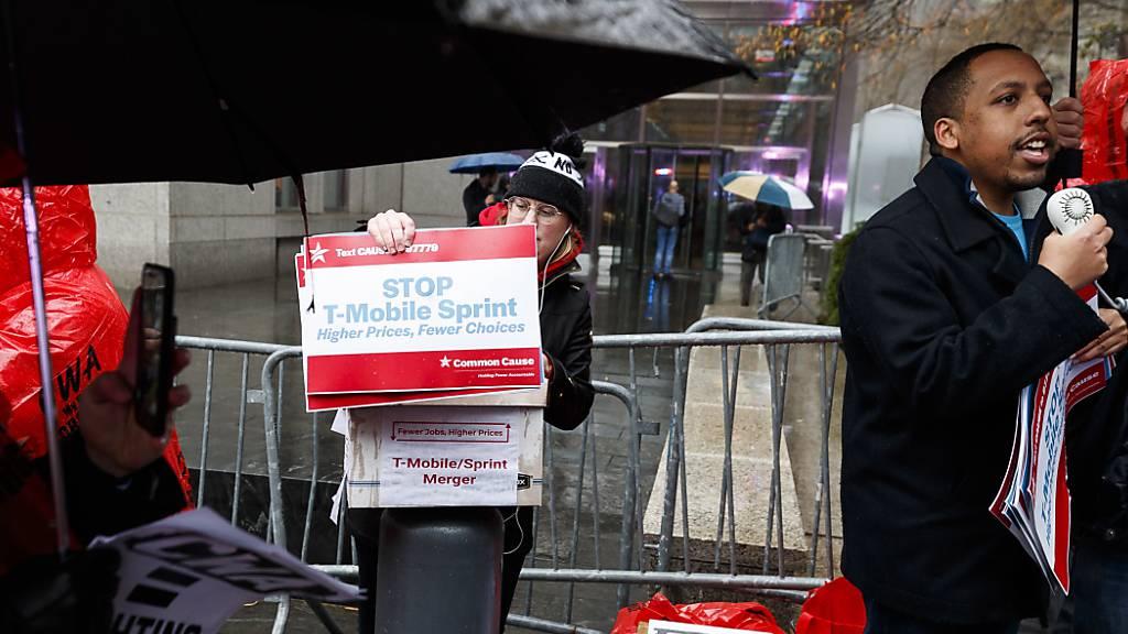 In New York haben am Montag zahlreiche Personen vor einem Gericht gegen die Fusion der deutschen T-Mobile mit Sprint demonstriert, weil durch den Zusammenschluss viele Arbeitsplätze gefährdet seien.