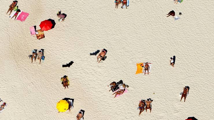 Wenn man früher in die Ferien reisen kann, sind die Chancen auf freie Strandplätze durchaus höher.