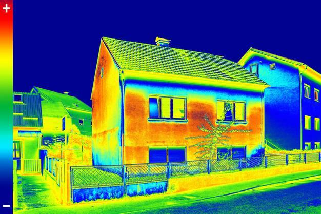 Obwohl in den letzten Jahren viel gebaut wurde in der Schweiz, hat der Beitrag des Gebäudebereichs zur Klimaerwärmung stark abgenommen. Grund dafür sind höhere energetische Anforderungen an Neubauten, die Sanierung schlecht isolierter Altbauten und die vermehrte Nutzung von Heizsystemen auf Basis erneuerbarer Energien. Trotzdem ist der Gebäudebereich auch heute noch der zweitgrösste Emittent von Treibhausgasen. Der Bundesrat will darum die seit 2008 erhobene CO2-Abgabe auf Brennstoffe weiterführen und erhöhen. Der maximale Abgabesatz soll von 120 Franken pro Tonne CO2 auf 210 Franken steigen. Bevölkerung und Wirtschaft werden so ermutigt, sparsam mit fossilen Energieträgern umzugehen sowie vermehrt auf erneuerbare Energien zu setzen. Ab 2029 soll der Bundesrat zudem CO2-Grenzwerte festlegen können, wenn die Emissionen im Gebäudebereich nicht wie erwartet sinken. (mbu)