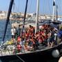 Flüchtlingsschiff im Hafen der italienischen Insel Lampedusa: Die Regierung will die Zahl der Plätze im Hotspot der Insel bis im nächsten Frühling auf rund 440 erhöhen. (Archivbild)