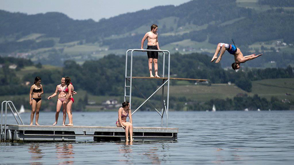 Nach dem meteorologischen hat am Freitag auch der astronomische Sommer begonnen. Die angekündigten heissen Temperaturen laden zum Sprung ins kühlende Wasser. (Archivbild)