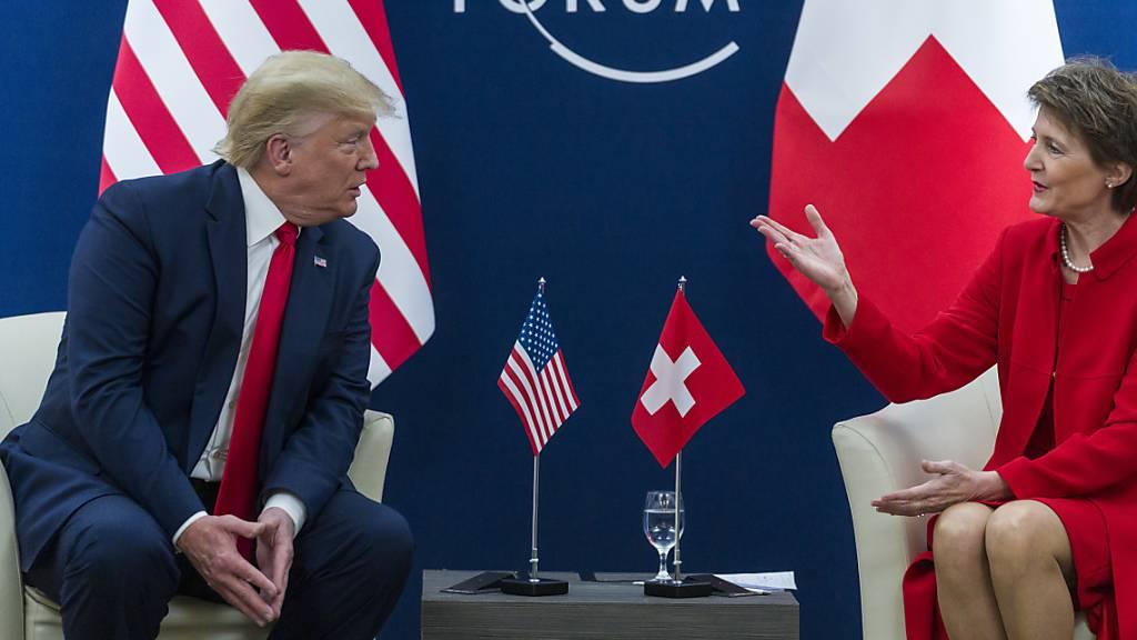 Streben Handelsabkommen an: Bundespräsidentin Simonetta Sommaruga gemeinsam mit US-Präsident Donald Trump vor den Medien in Davos.