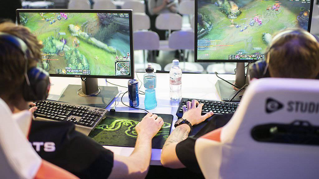 ESports gewinnen immer mehr an Popularität.  Gemäss einer Studie der ZHAW gilt für rund 30 Prozent der Bevölkerung das Videospielen in Wettkämpfen bereits als Sportart. (KEYSTONE/Ennio Leanza)
