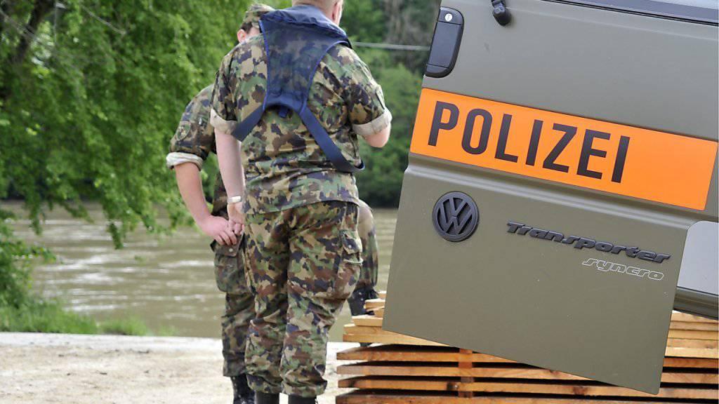 Zivile Angehörige der Militärpolizei fahren im Militärtaxi von Bern nach Sitten. Im Bild: Uniformierte Militärpolizei im Einsatz. (Archivbild)