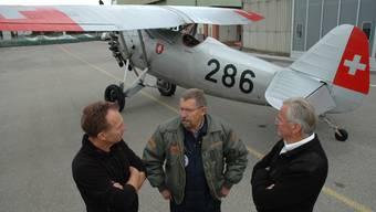 Fachsimpeln vor alter Dame: Albert Zeller, Karl Sänger und Kurt Stuber (von links) mit der Dewoitine, die im 2011 wie der Flughafen Grenchen 80 Jahre alt wird. (Foto: Peter Brotschi)