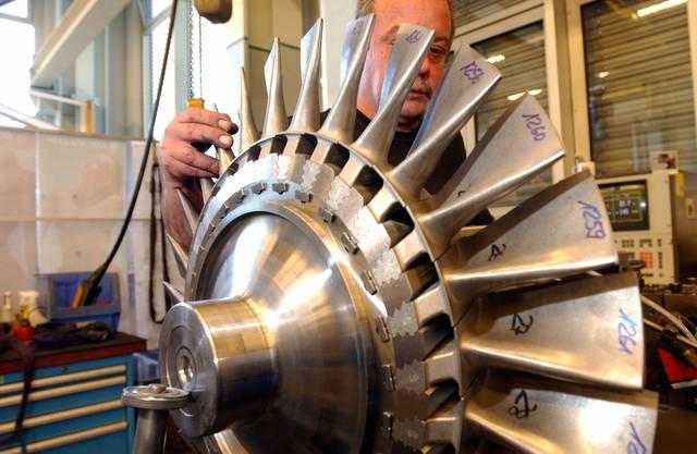 Montage von Schaufeln für Turbolader in Baden.