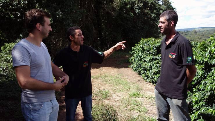 Raphael Studer im Gespräch mit Präsident Ademeilson und Verkaufsleiter Alessandro von der brasilianischen Fairtrade-Produzentenorganisation APAS.
