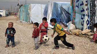 Syrische Flüchtlingskinder spielen in einem Flüchtlingslager im Libanon. 3,7 Millionen Flüchtlingskinder können, einem UNHCR Bericht zufolge, keine Schule besuchen. Damit schwinden ihre Chancen für eine bessere Zukunft.